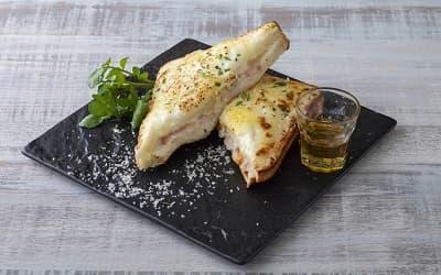 カマンベールチーズとベーコンのクロックムッシュ ハチミツ添え