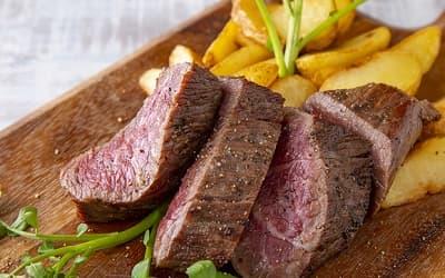 亜麻仁の恵み牛のステーキ オニオンガーリックソース