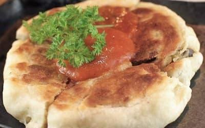 トリッパと茸を包んだフォカッチャ丸焼き